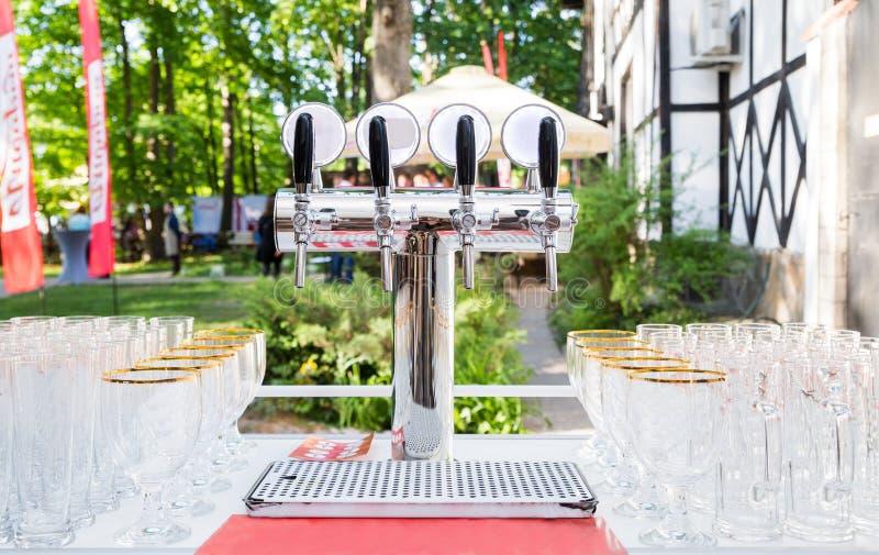 Glazen voor bier en een biertapkraan op een picknick royalty-vrije stock fotografie
