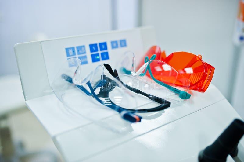 Glazen voor tandarts op tandkantoor stock afbeeldingen