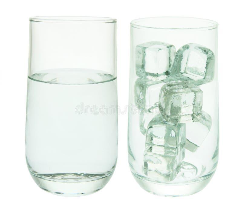 Glazen Water en Ijsblokjes stock foto