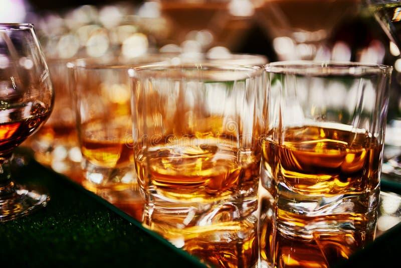 Glazen whisky op barachtergrond veel glazen whisky glazen whisky of brandewijn stock foto