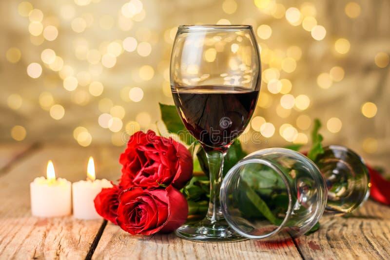 Glazen wijn, rozen en brandende kaarsen stock fotografie
