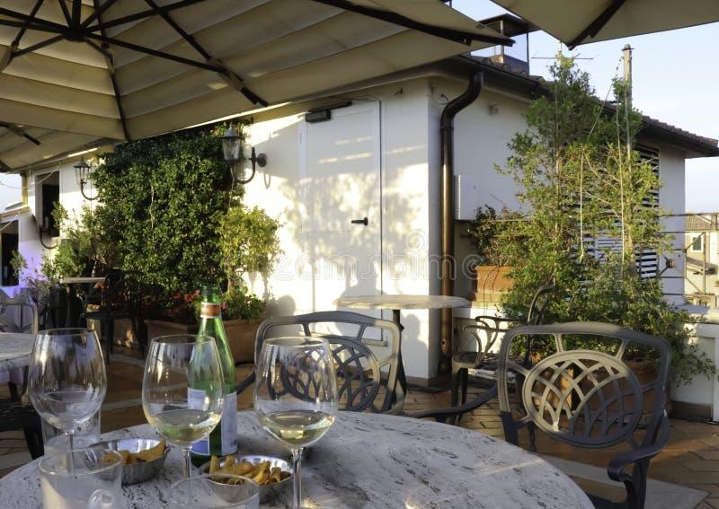Glazen witte wijn op een dakbar royalty-vrije stock fotografie