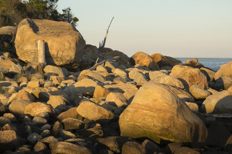 Glazial- Flusssteine auf dem Strand bei Sonnenuntergang, Hammonasset, Madison, C stockfoto