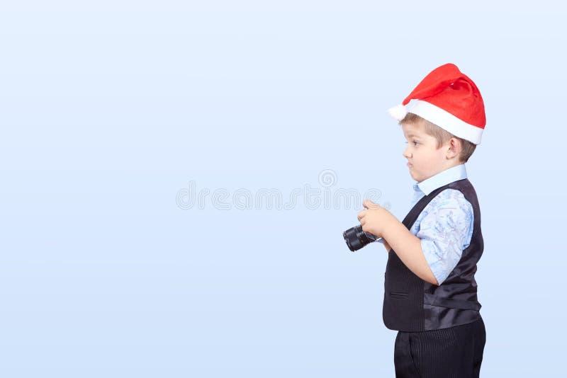 In GLB van Santa Claus een kleine jongensfotograaf stock afbeelding