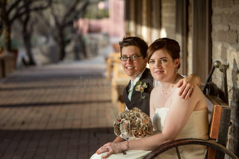 Gleichgeschlechtliche Braut und Bräutigam lizenzfreies stockfoto