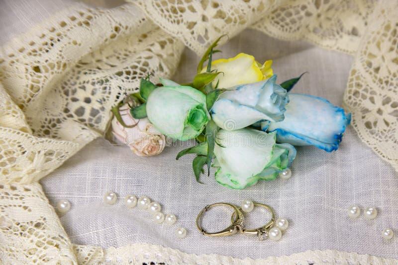 Gleichgeschlechtliche Heiratsbänder und Regenbogenrosen lizenzfreie stockfotos