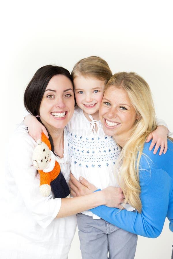 Gleichgeschlechtliche Paare, die mit ihrer Tochter aufwerfen stockfoto