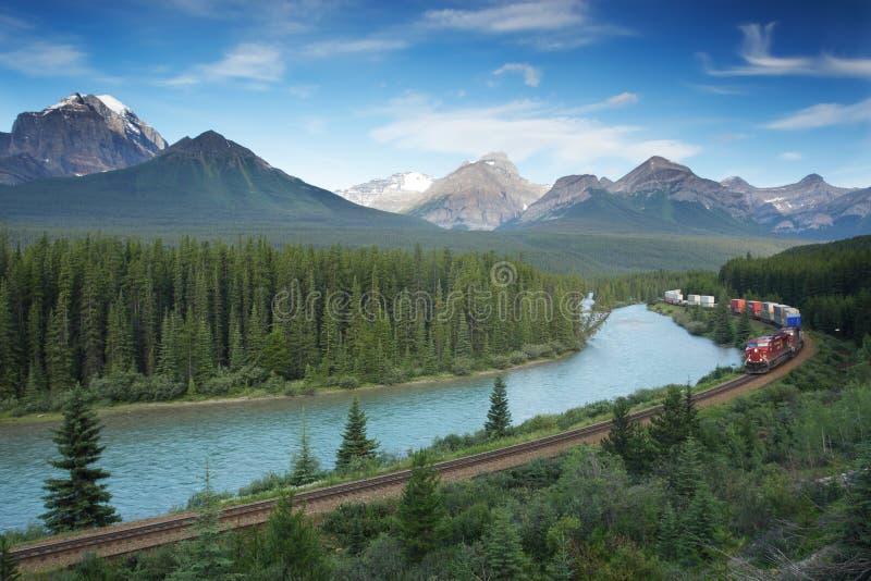 Gleis mit Serie im Banff-Nationalpark, Kanada stockbild