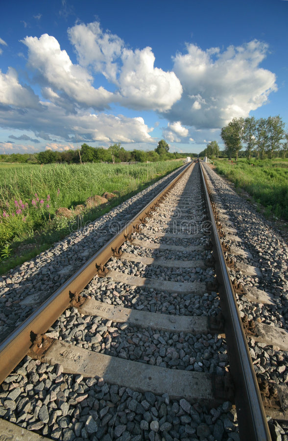 Gleis und Wolken stockfotos
