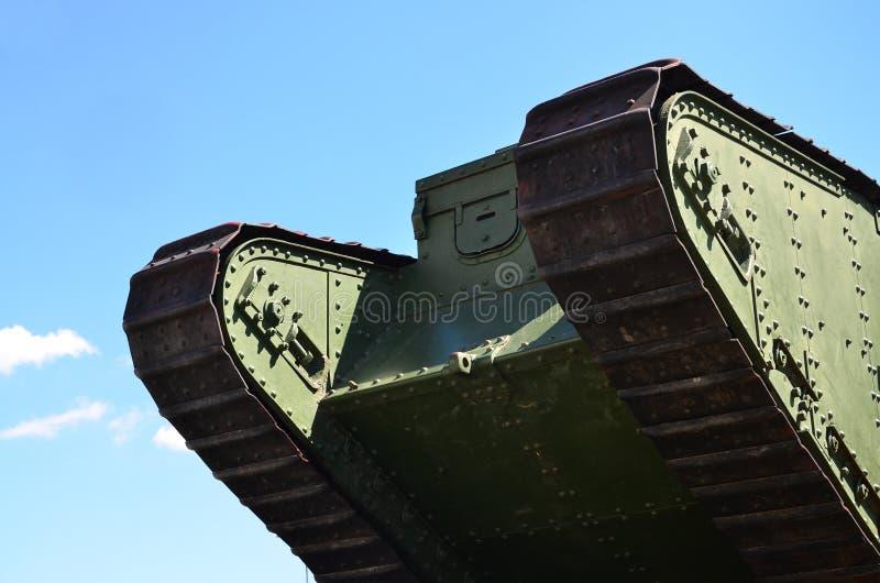 Gleiskettenfahrzeuge des grünen britischen Behälters der russischen Armee Wrangel in Kharkov gegen die blaue SK lizenzfreie stockfotografie