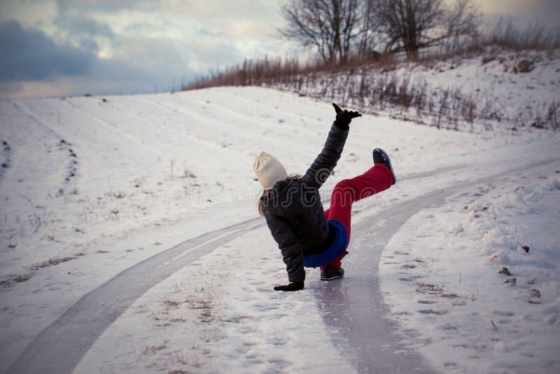Gleiten Sie auf dem glatten Eis und dem Schnee auf der Straßenbahn am Land an einfrierendem Wintertag stockfotos
