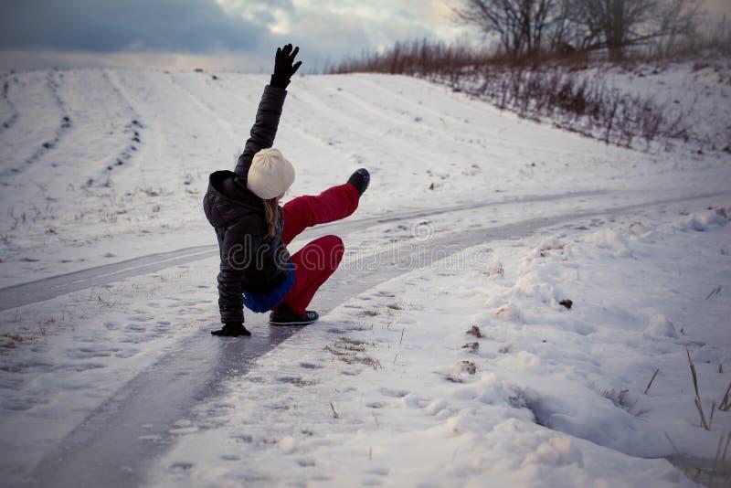 Gleiten Sie auf dem glatten Eis und dem Schnee auf der Straßenbahn am Land an einfrierendem Wintertag stockfotografie