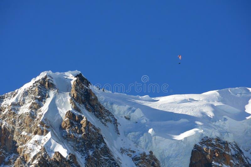 Gleitschirm über dem Gipfel von Mont Blanc-Gebirgsmassiv, Italien stockfotografie