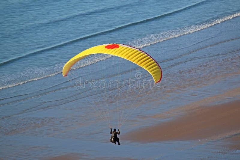 Gleitschirm über dem Strand lizenzfreies stockbild