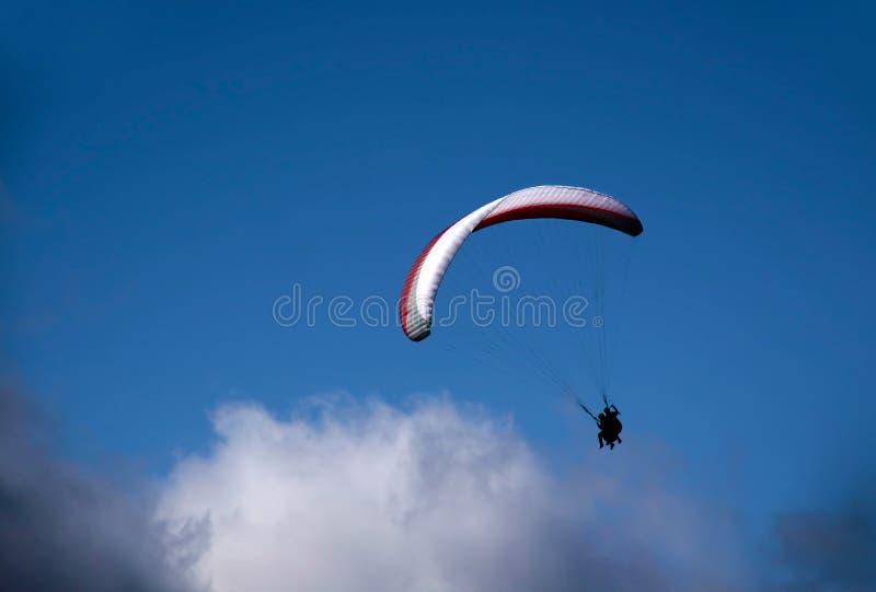 Gleitschirm in den Wolken lizenzfreie stockfotos