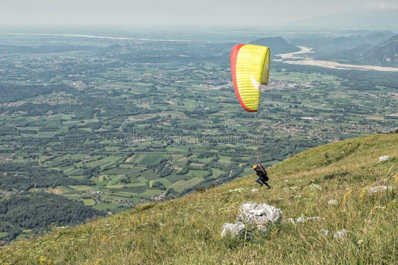 Gleitschirm, der einen Flug über den Hügeln an einem sonnigen Tag beginnt lizenzfreies stockfoto