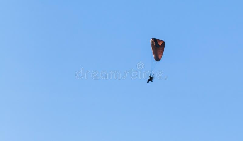 Gleitschirm fliegt in blauen Himmel, ultralight Flugzeug stockfotos