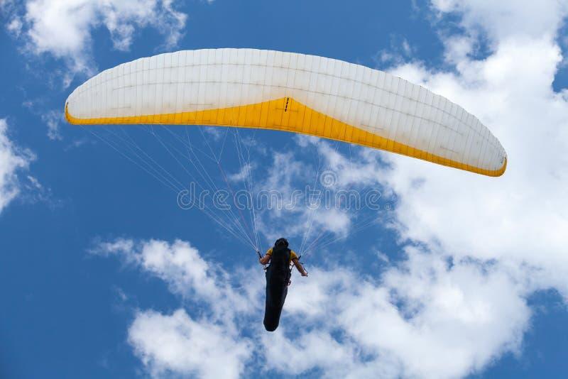 Gleitschirm im blauen Himmel stockfotografie