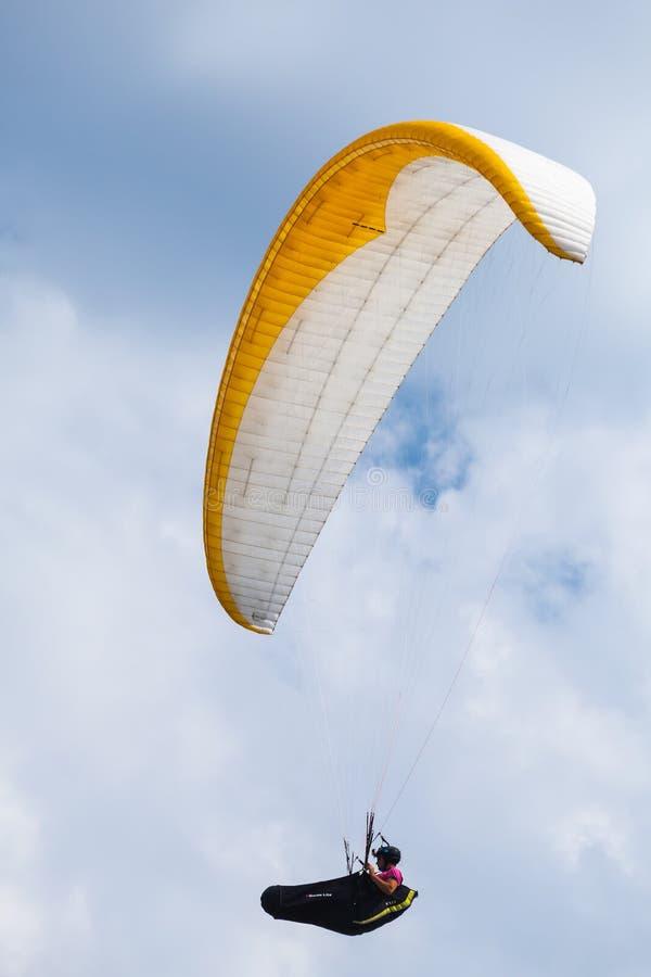 Gleitschirm im blauen Himmel mit Wolken lizenzfreie stockbilder