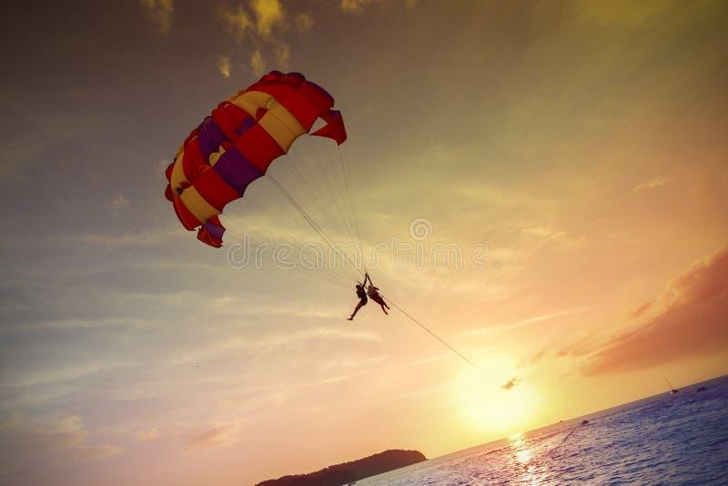 Gleitschirme bei Sonnenuntergang, Sommerabenteuer in Malaysia lizenzfreies stockbild