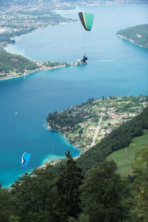 Gleitschirme, die über den See fliegen stockbilder