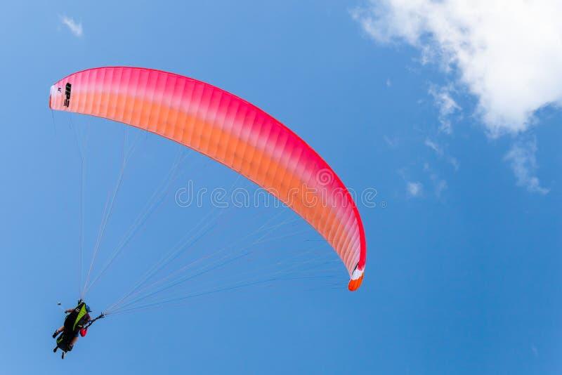 Gleitschirme im blauen Himmel mit den Wolken, Tandem lizenzfreies stockfoto