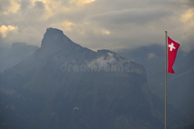 Gleitschirmfliegen über Alpenbergen Berner-Oberland switzerland stockbild