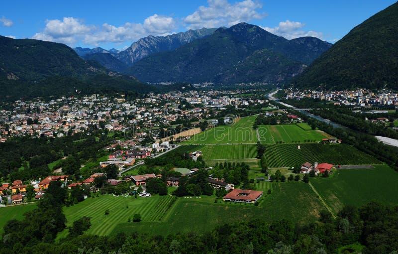 Gleitschirmfliegen über Ascona und Locarno-Stadt lizenzfreies stockbild