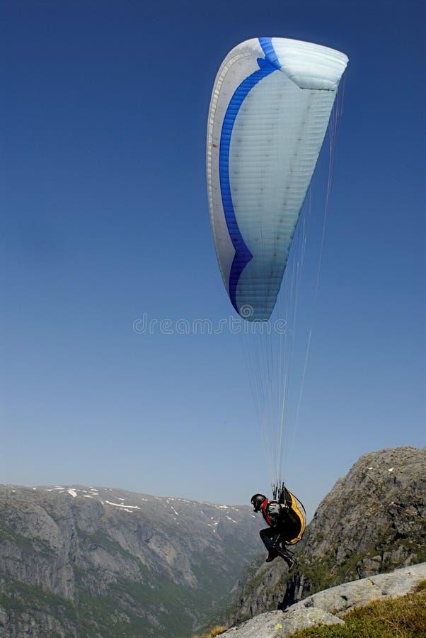 Gleitschirmfliegen über Bergen stockfotografie
