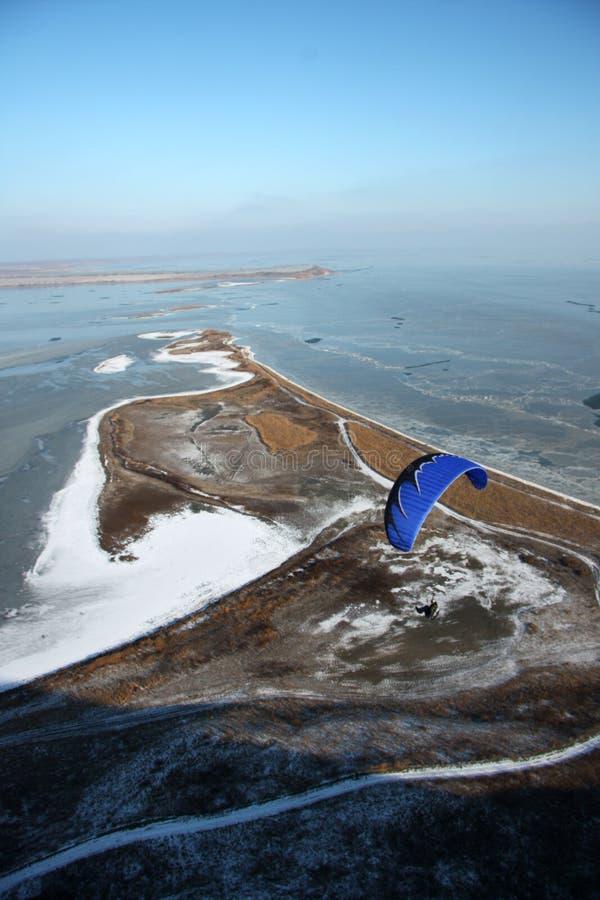 Gleitschirmfliegen über dem gefrorenen Meer lizenzfreies stockbild