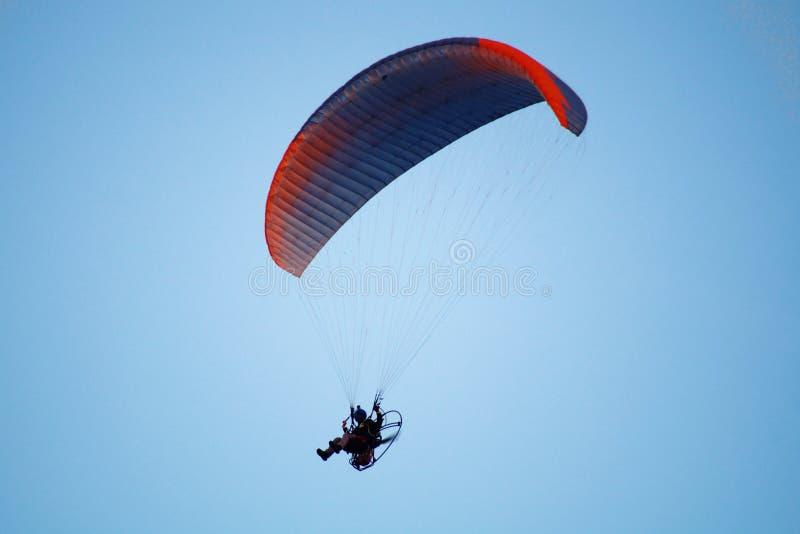 Gleitschirmfliegen auf Hintergrund des blauen Himmels lizenzfreies stockbild