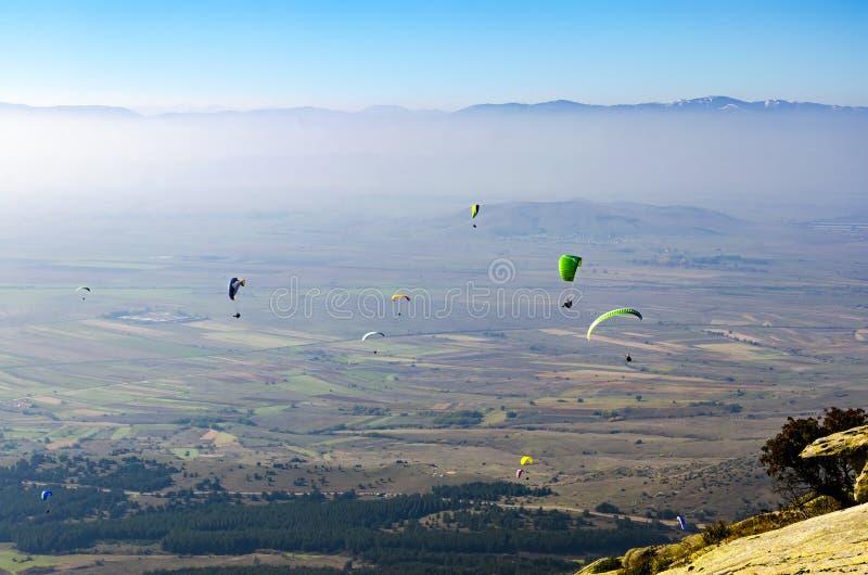 Gleitschirmfliegen in den Bergen stockfoto