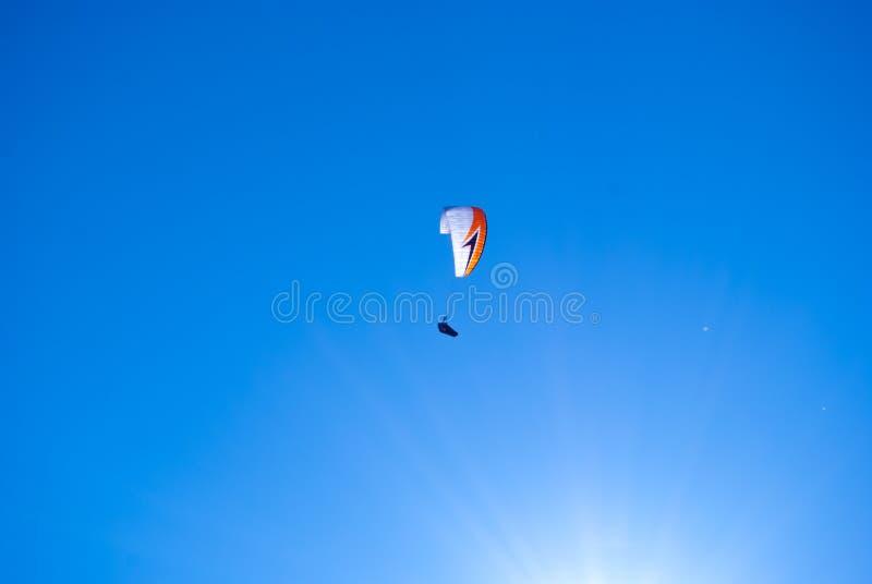 Gleitschirmfliegen im blauen Himmel lizenzfreie stockfotos