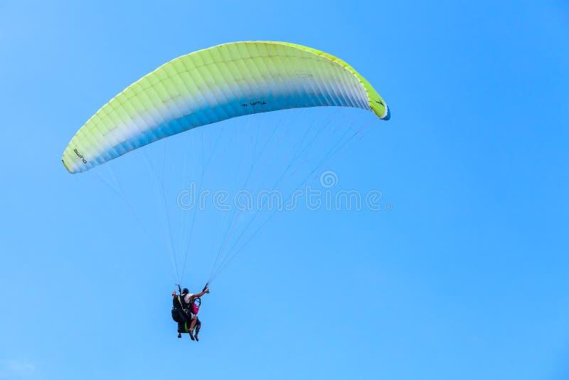 Gleitschirmfliegen im blauen Himmel, im Lehrer und im Anfänger stockfotos