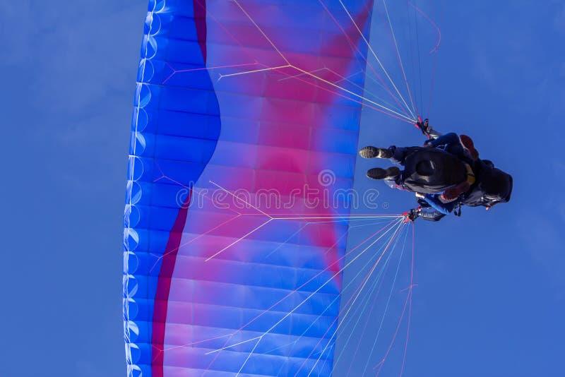 Gleitschirmfliegen im freien Gleiten des Tandems und im blauen Himmel lizenzfreie stockfotos