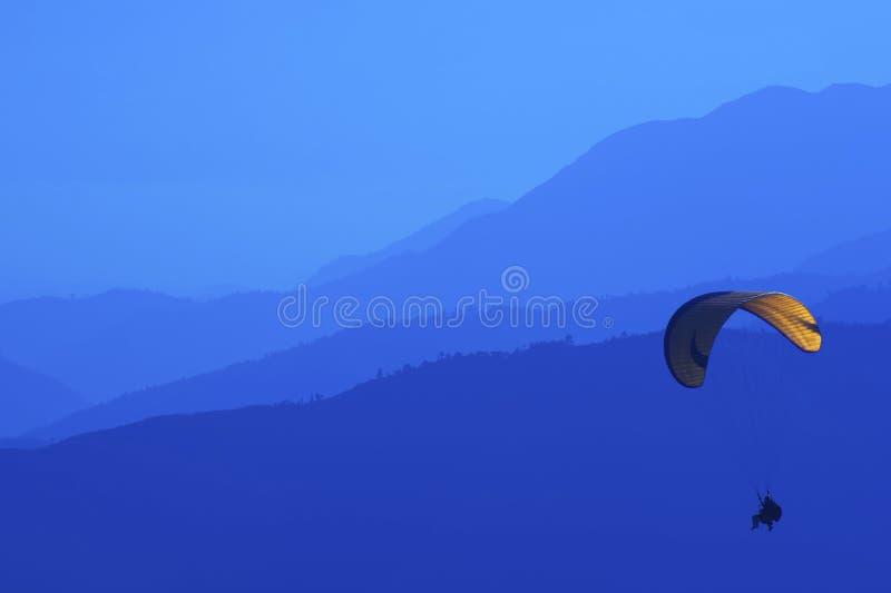 Gleitschirmfliegen in Nepal, Schattenbild stockfoto