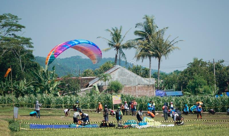 Gleitschirmfliegen-Reise von Indonesien 2019, Reihe 1st-2019, 25.-28. April 2019 an Sikuping-H?gel, Batang, Jawa Tengah, Indonesi stockfotografie