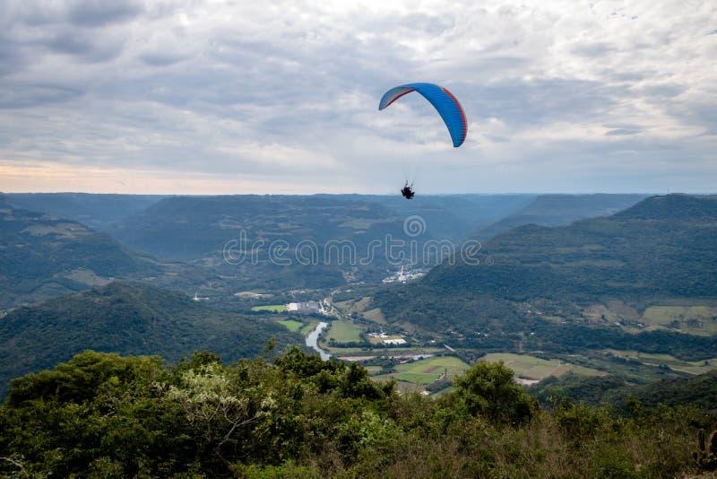 Gleitschirmfliegen an ` s Ninho DAS Aguias Eagle Nest - Nova Petropolis, Rio Grande do Sul, Brasilien stockfoto