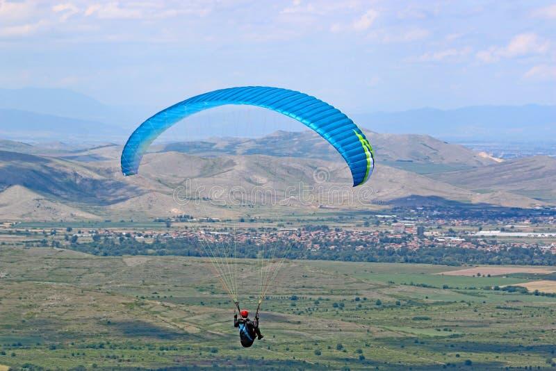 Gleitschirmfliegen von Brestovitsa in Bulgarien stockbild