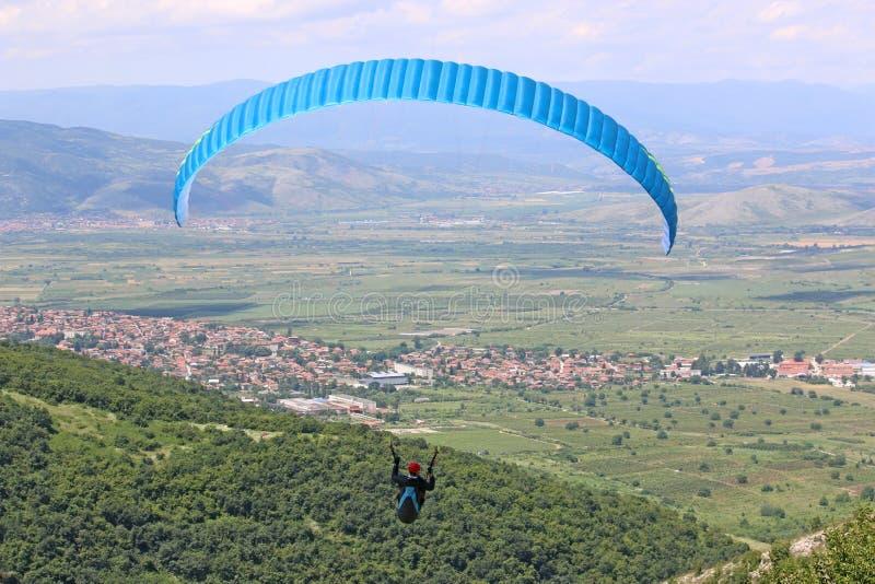 Gleitschirmfliegen von Brestovitsa in Bulgarien lizenzfreies stockfoto