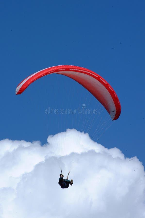 Gleitschirmfliegen vor dem blauen Himmel lizenzfreies stockfoto