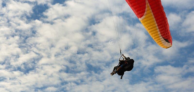 Gleitschirmfliegenflug mit blauem Himmel lizenzfreies stockbild