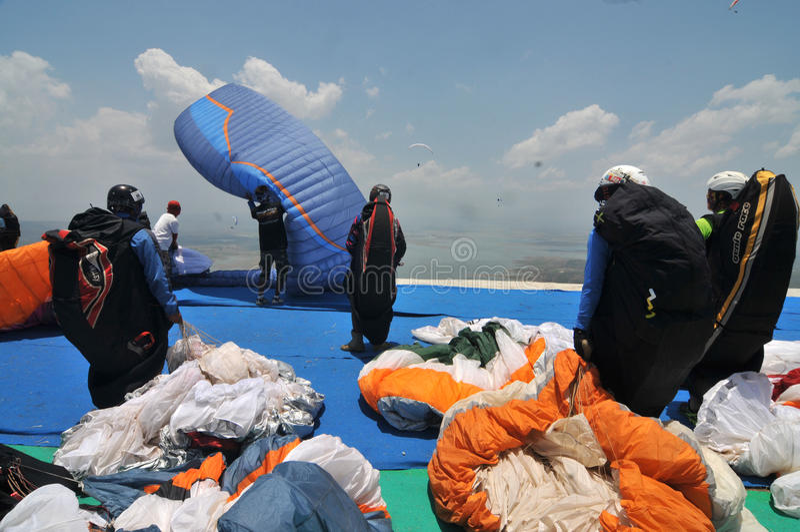 Gleitschirmfliegenwettbewerb im wonogiri, Indonesien lizenzfreie stockfotos