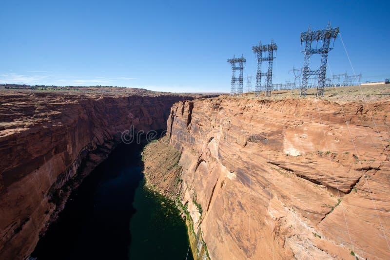 Glen Canyon und der Colorado unter der Verdammung mit Gitterkreuzen und Hochspannungsstromkabeln stockbild