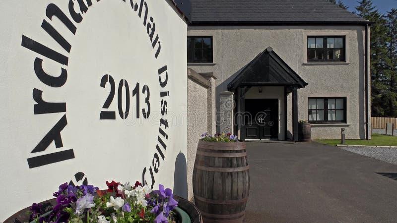 Glenbeg, Ardnamurchan/Шотландия - 26-ое мая 2017: Винокурня Ardnamurchan производит виски с 2014 и фактически акции видеоматериалы