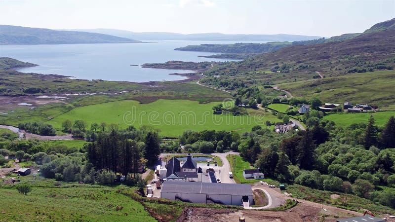 Glenbeg, Ardnamurchan/Шотландия - 26-ое мая 2017: Винокурня Ardnamurchan производит виски с 2014 и фактически сток-видео