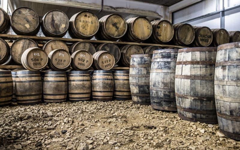 Glenbeg Ardnamurchan - Skottland - Maj 26 2017: Den Ardnamurchan spritfabriken producerar whisky efter 2014 och faktiskt arkivbilder