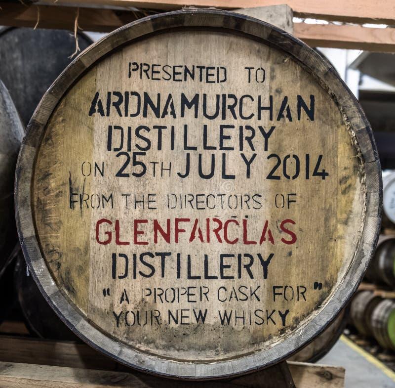 Glenbeg Ardnamurchan - Skottland - Maj 26 2017: Den Ardnamurchan spritfabriken producerar whisky efter 2014 och faktiskt royaltyfri bild