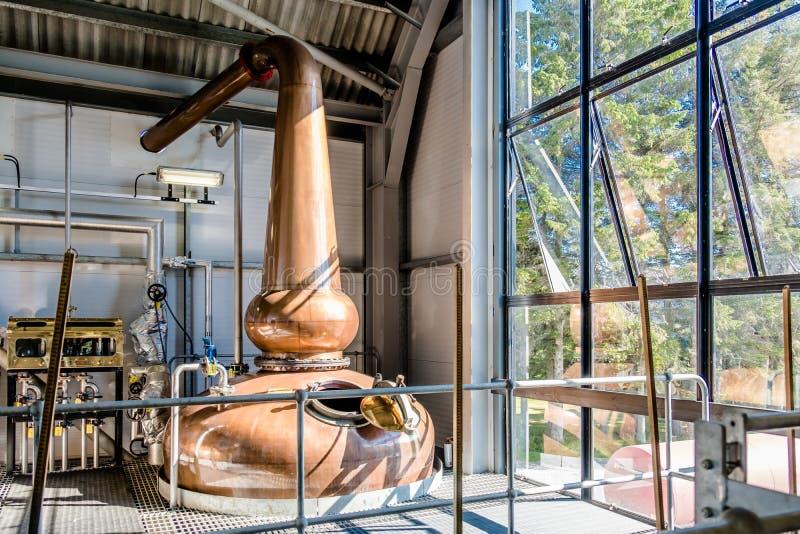 Glenbeg Ardnamurchan Skottland - Maj 26 2017: Den Ardnamurchan spritfabriken producerar whisky efter 2014 och faktiskt arkivbild