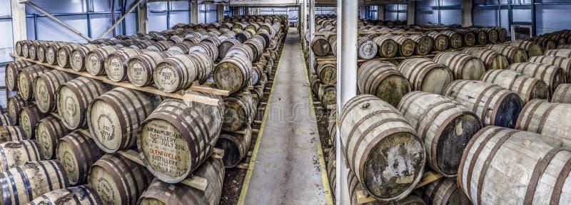 Glenbeg Ardnamurchan - Skottland - Maj 26 2017: Den Ardnamurchan spritfabriken producerar whisky efter 2014 och faktiskt royaltyfria foton